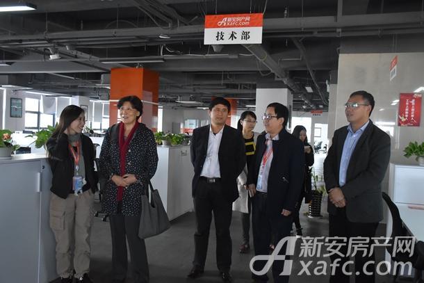 安徽大学新闻传播学院领导参观新安房产网办公大厅.JPG