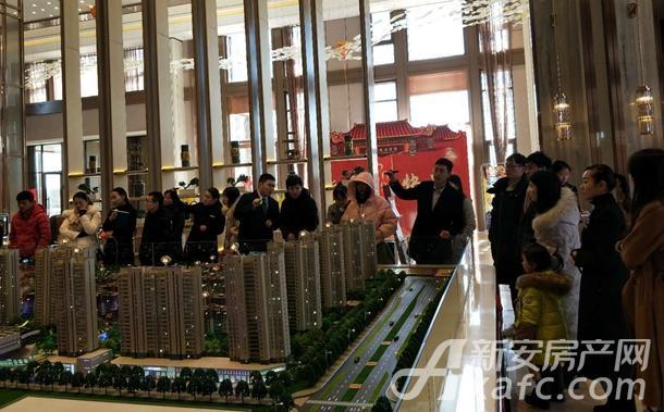 老乡们参观置地双清湾销售中心38.jpg