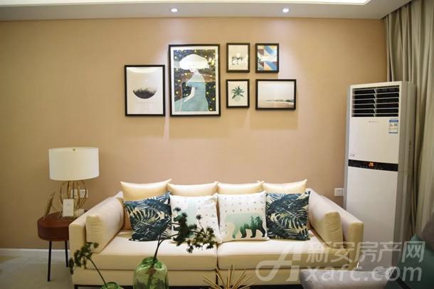 古井悦湖城客厅背景墙实拍图