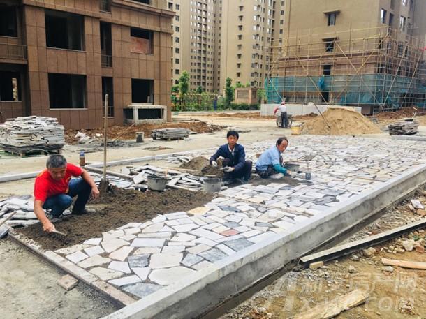工人正在铺地砖