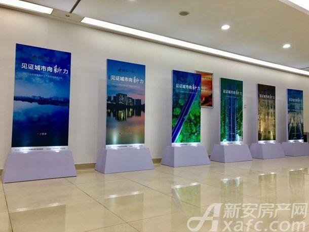 """走廊上""""见证城市向新力""""的宣传图"""