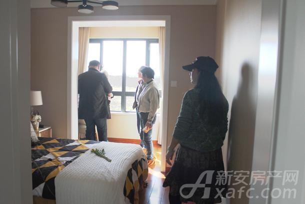 网友在观看阳台和卧室