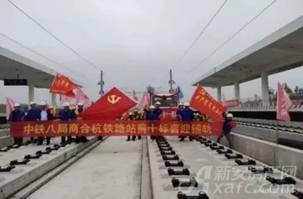商合杭高铁铺设钢轨现场