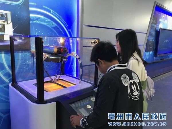 """青少年正在""""火星时代""""研学旅游基地参观体验.jpg"""