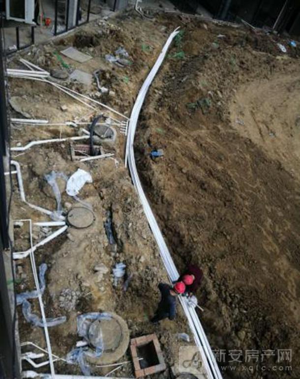 自来水给水管道安装预埋中,外街的各商铺给水管道已安装完毕;好吃街内的给水管网安装中。.png